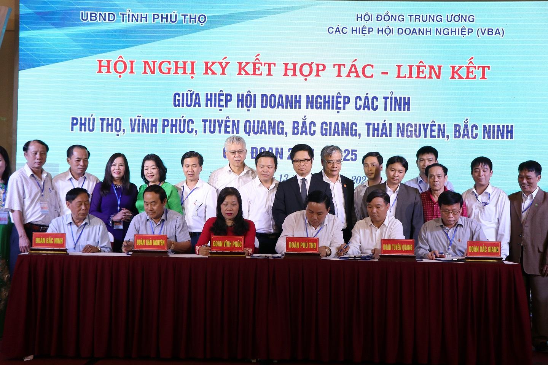 Tiến sĩ Vũ Tiến Lộc- Chủ tịch Phòng thương mại và Công thương Việt Nam cùng quan khách chứng kiến lễ ký kết của Hiệp hội Doanh nghiệp các tỉnh.
