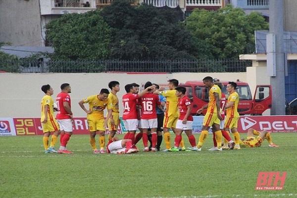 Trọng tài đã phải cắt còi dừng trân đấu cầu thủ của cả 2 đội xô sát nhau.