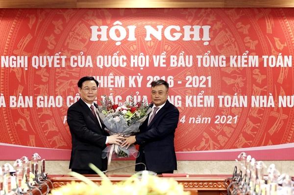 Chủ tịch Quốc hội Vương Đình Huệ tặng hoa Tổng Kiểm toán Nhà nước Trần Sỹ Thanh