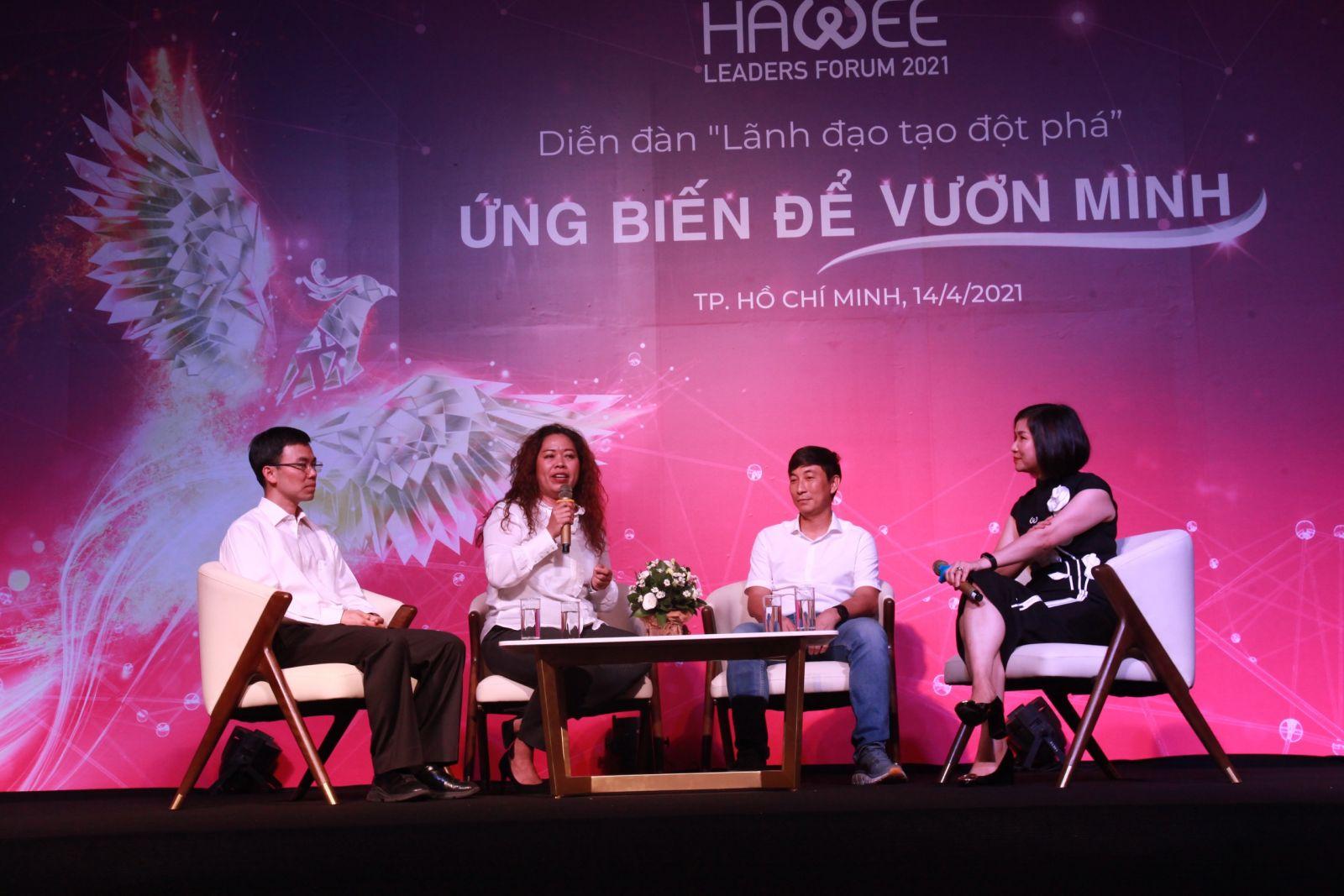 Phiên thảo luận tại diễn đàn với các diễn giả: bà Nguyễn Thị Bích Vân - Chủ tịch Unilever Việt Nam (thứ 2 bên trái); ông Nguyễn Hoành Tiến - CEO Seedcom (thứ 2 bên phải); ông Lý Huy Sáng - Phó TGĐ Công ty gốm sứ Minh Long (bìa trái) và Điều phối phiên thảo luận là bà Huỳnh Thị Xuân Liên - PCT HAWEE, PCT VMA, Thành viên HĐQT PNJ
