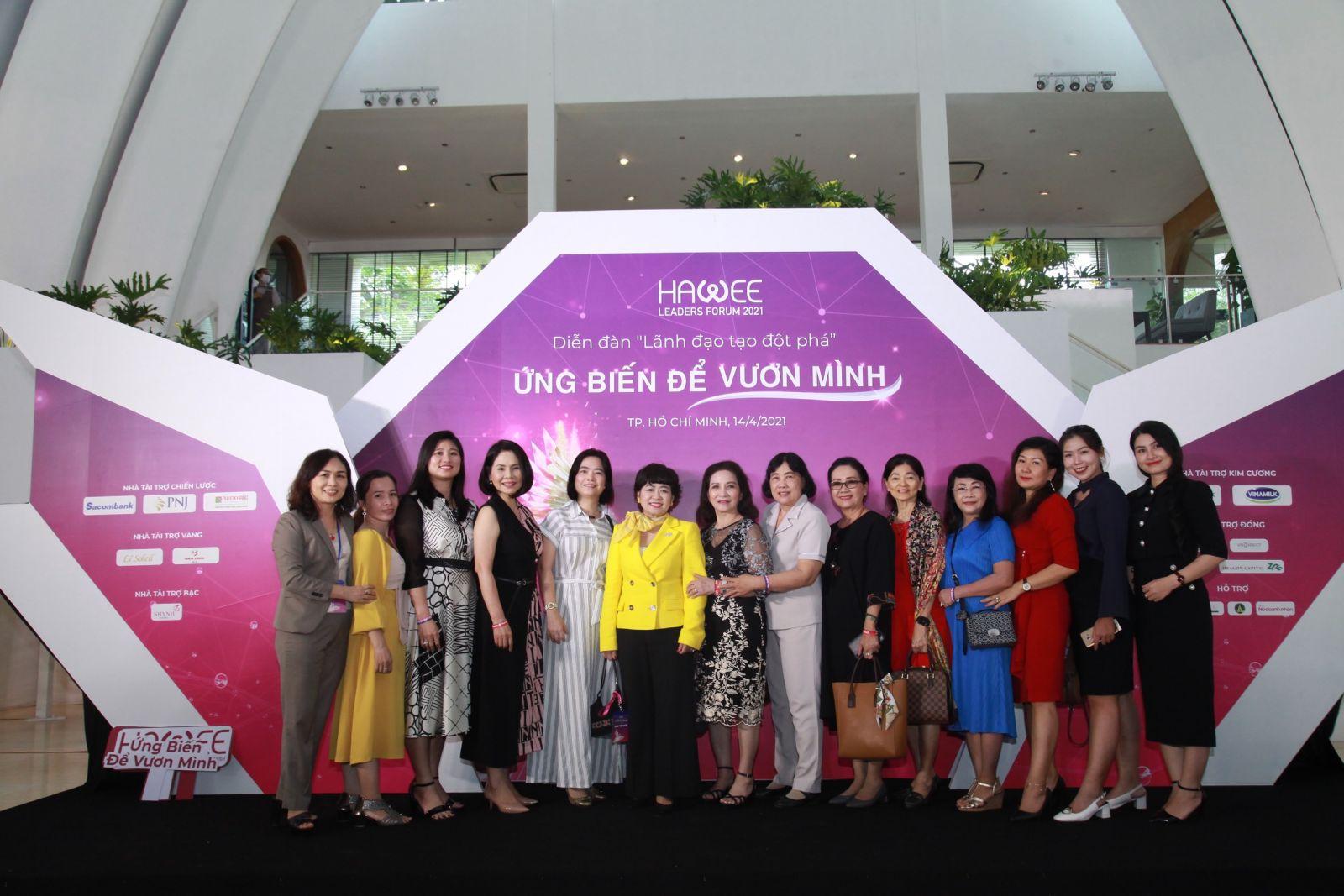 Các nữ doanh nhân chụp ảnh lưu niệm