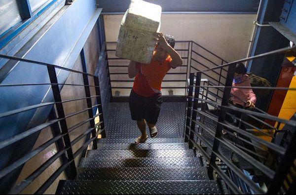Hành khách phải vác hành lý lên cầu thang ở sân bay Tân Sơn Nhất