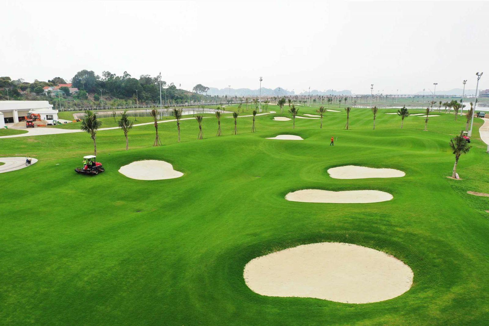 Sân golf hiện đại 18 lỗ có đường golf dài nhất, gần kỳ quan di sản Hạ Long nhất được đưa vào hoạt động từ ngày 30/4 .