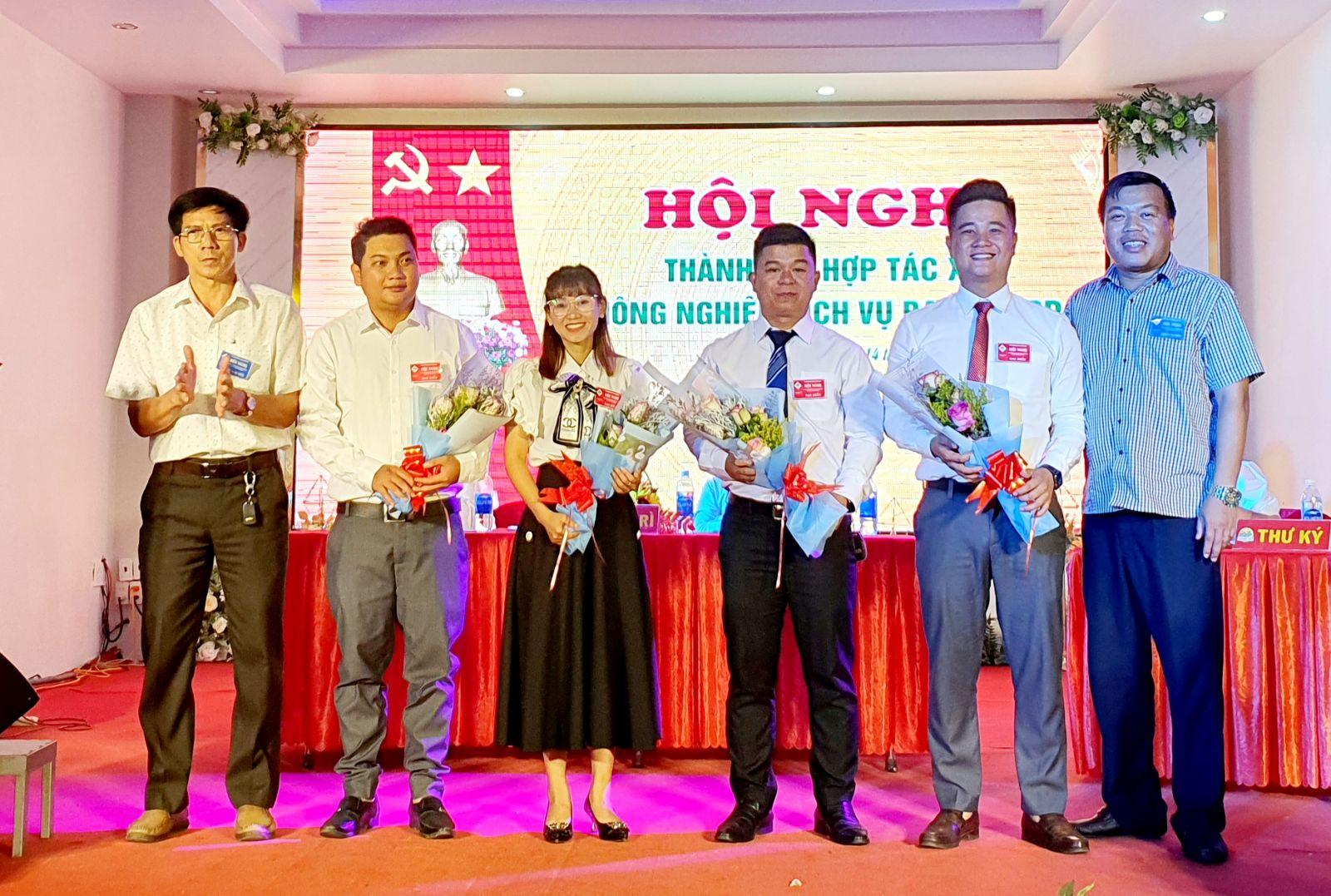 Đại diện Hội Doanh nhân trẻ tỉnh Đắk Lắk và Hội đồng nhân dân huyện Krông Pắc tặng hoa chúc mừng những thành viên vừa được bầu vào Hội đồng Quản trị HTX Nông nghiệp dịch vụ Bazan KRP.
