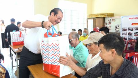 Hiệp hội Doanh nghiệp Tp. Cẩm Phả tặng quà nhân ngày Hội Người mù Việt Nam