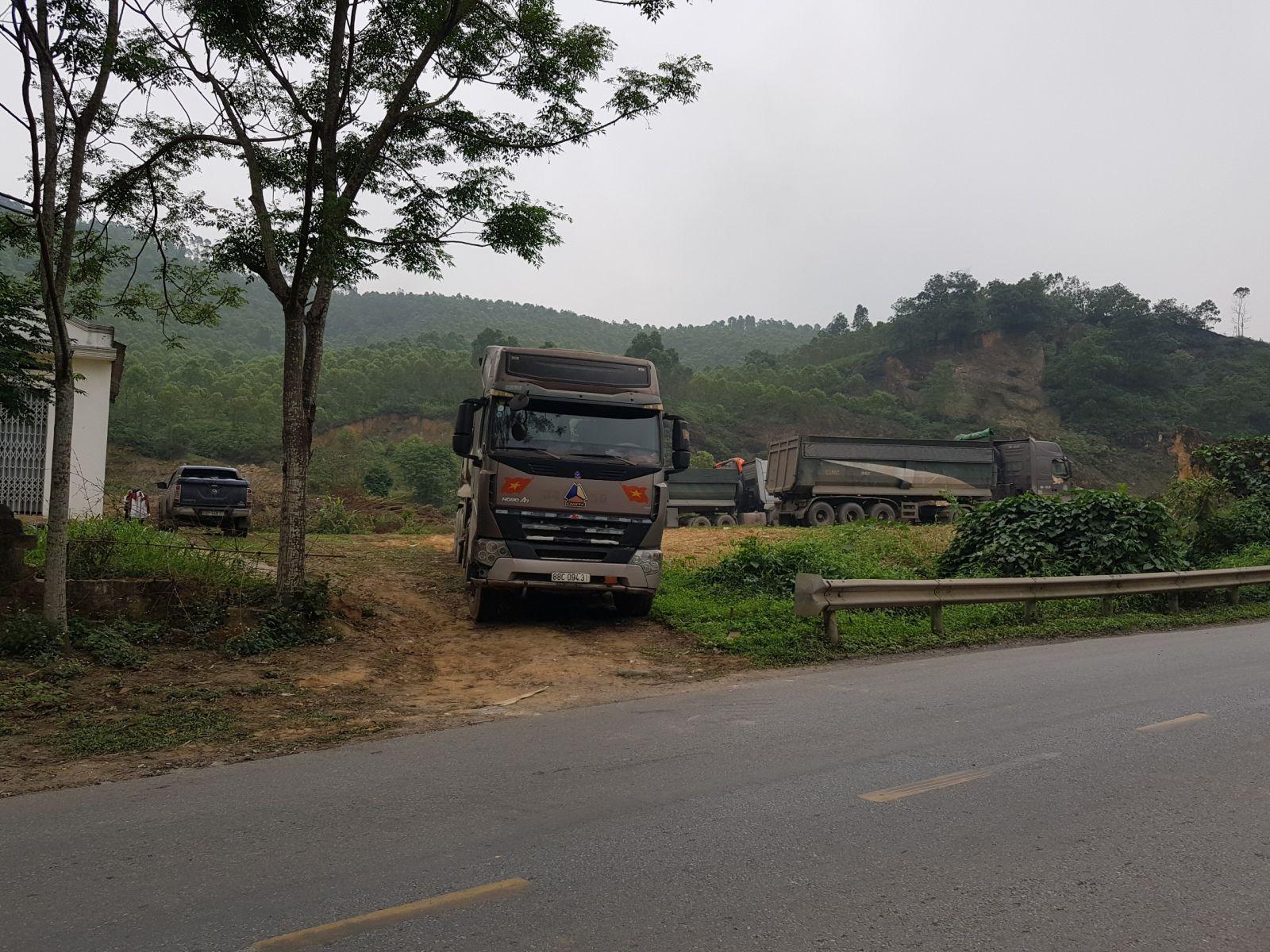 Những đoàn xe vận tải lơn đang lấy đất ở khu 7, xã Thọ Văn, Tam Nông (Phú Thọ)