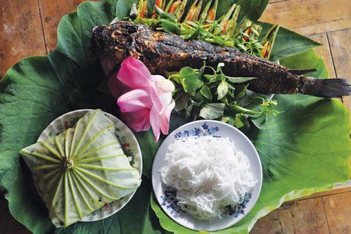 Cá Lóc nướng trui cuốn lá sen đặc sản dân dã của Đồng Tháp