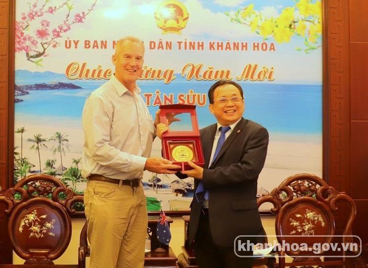 Ông Lê Hữu Hoàng - Ủy viên Ban Thường vụ Tỉnh ủy, Phó Chủ tịch Thường trực UBND tỉnh (bên phải) tại buổi tiếp Phó Đại sứ Australia tại Việt Nam.