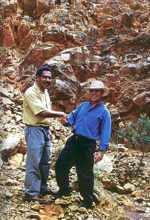 Ông André Đặng (bên phải) trong ngày bàn giao Koniambo cho SMSP năm 1998. Nguồn ảnh: Internet