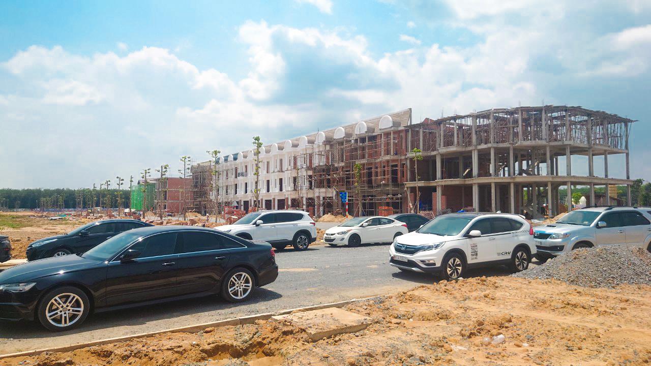 Hạ tầng Century City sắp hoàn thiện, dãy shophouse đang được thi công phần mái