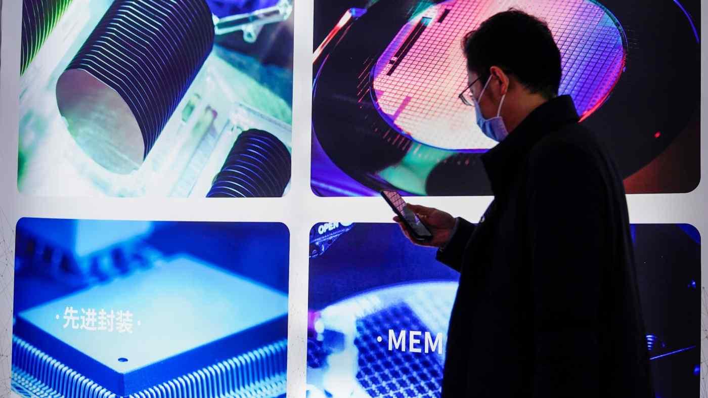 Một màn hình bán dẫn tại hội chợ thương mại Semicon China ở Thượng Hải. Trung Quốc đã mua thiết bị sản xuất chip trị giá 18,7 tỷ USD vào năm ngoái. © Reuters