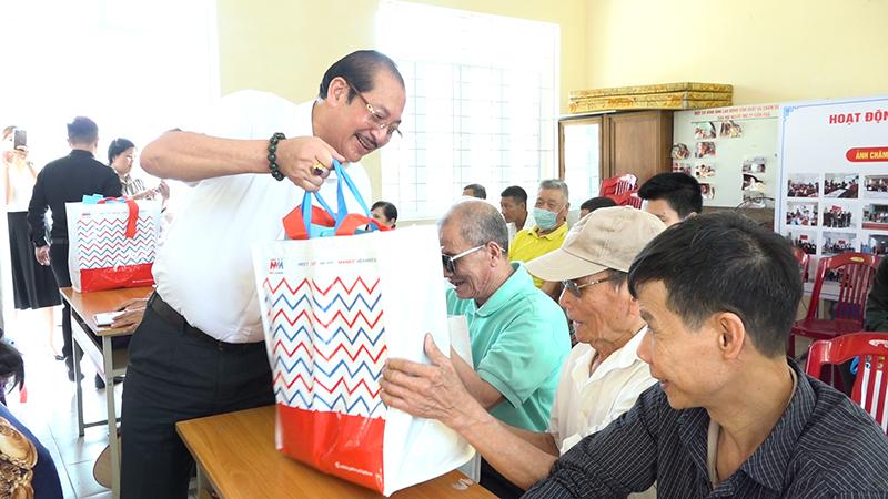 Ông Đào Duy Hảo, Chủ tịch Hiệp hội Doanh nghiệp TP Cẩm Phả, trao quà cho các hội viên Hội Người mù thành phố.