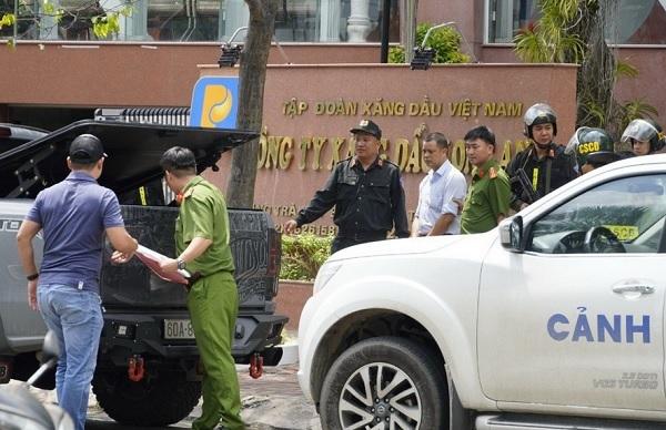 Lực lượng chức năng thi hành Lệnh bắt tạm giam đối với ông Lương Đình Tiến - Giám đốc Petrolimex Long An