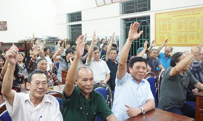 Cử tri khu Thọ Mai, phường Tiên Cát thành phố Việt Trì (Phú Thọ) biểu quyết tín nhiệm với những người ứng cử