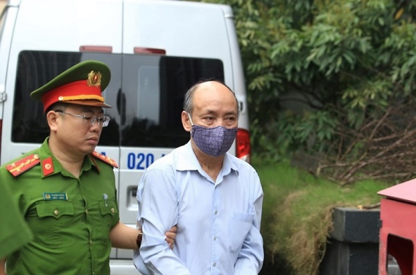 Bị cáo Trần Trọng Mừng được dẫn giải đến phiên tòa sáng 12/4 ẢNH TRẦN CƯỜNG