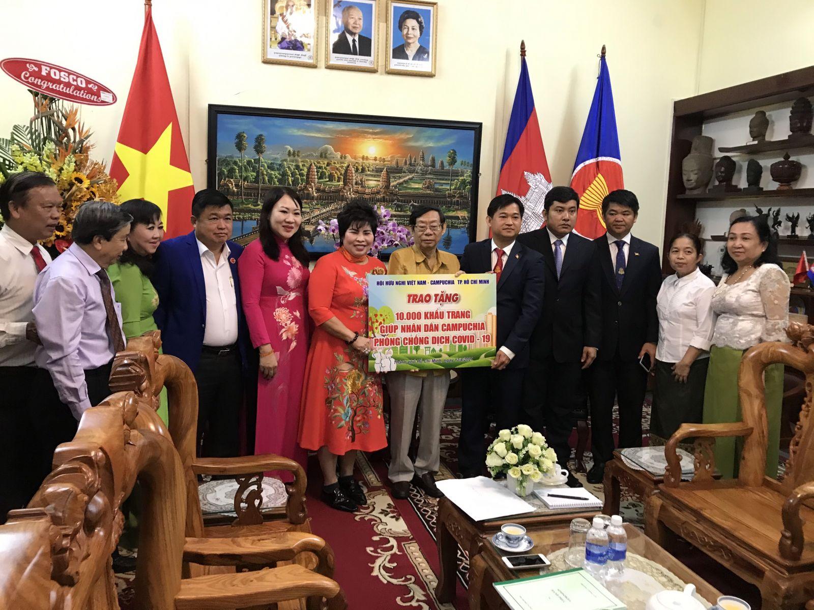 Doanh nhân Lê Thị Giàu - Chủ tịch HĐQT Công ty CP thực phẩm Bình Tây cùng với Hội hữu nghị Việt Nam - Campuchia TP.HCM đã trao tặng 10.000 khẩu trang y tế để giúp nhân dân Campuchia phòng chống dịch Covid -19.