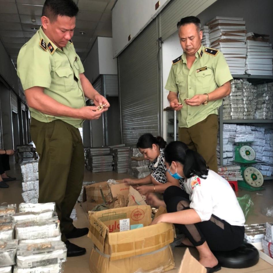 Đội Quản lý thị trường số 1, Cục QLTT Quảng Ninh, phát hiện trên 5.200 mặt hàng giả nhãn hiệu, hàng nhập lậu tại Móng Cái.