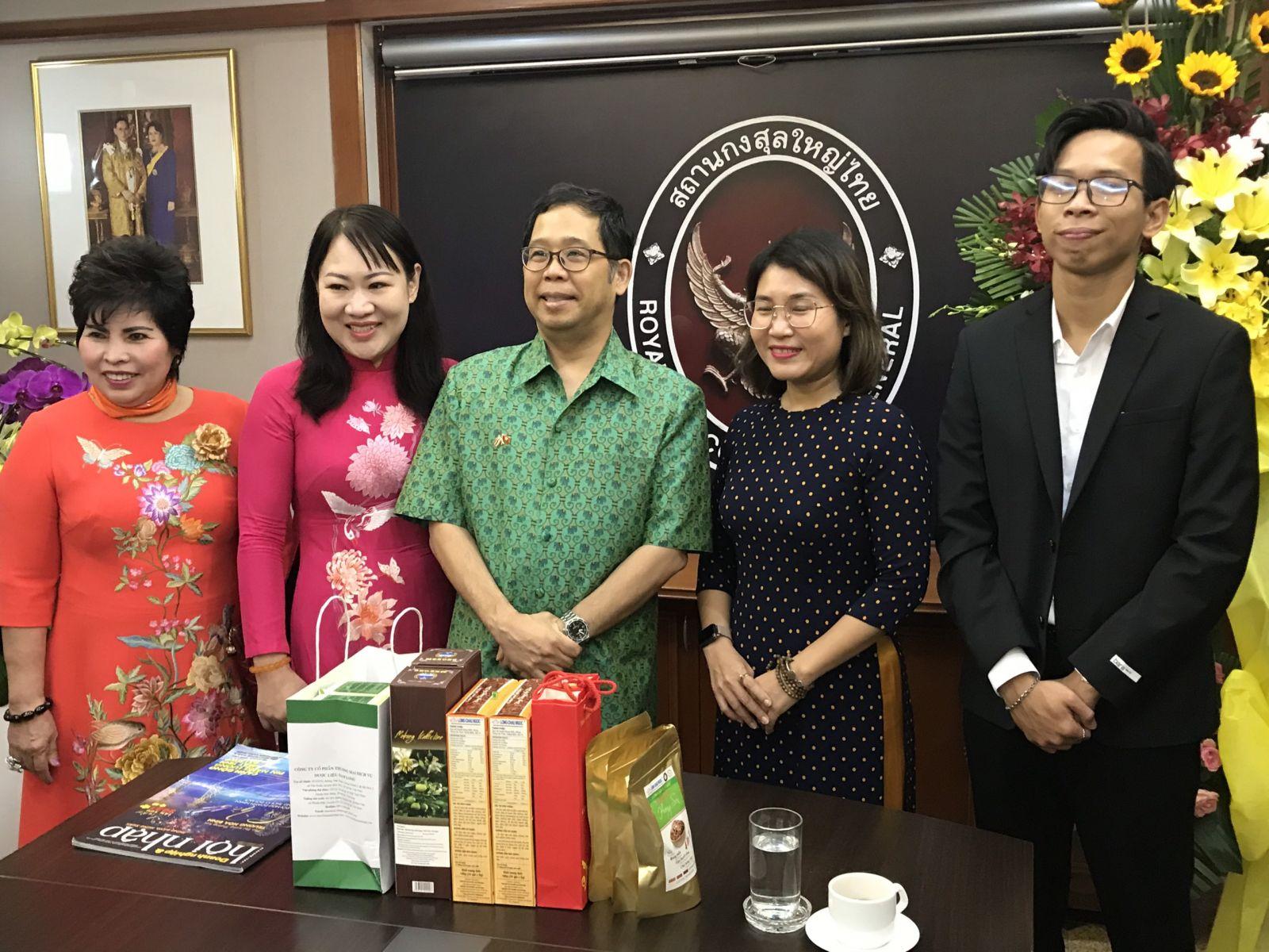 Từ trái qua phải: DN Lê Thị Giàu - Chủ tịch Bình Tây Foods; PGS-TS. Phan Hồng Xuân; ông Apirat Sugondhabhirom - Tổng lãnh sự Vương quốc Thái Lan tại TP.HCM; Bà