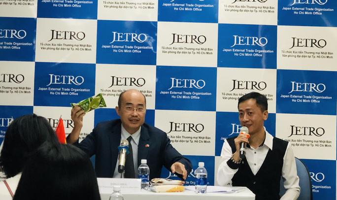 Ông Shinji Hirai, Trưởng đại diện Jetro tại Việt Nam, giới thiệu sản phẩm kem vị trà xanh xuất xứ từ Nhật đang được người tiêu dùng Việt Nam ưa chuộng