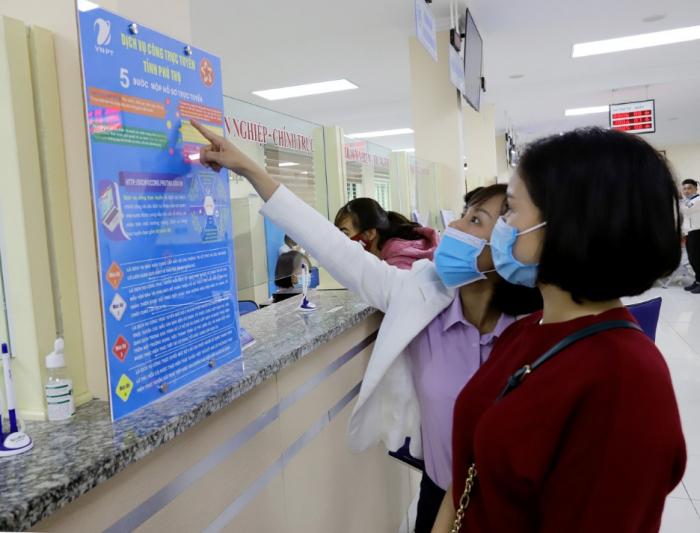 Cán bộ Sở TTTT Phú Thọ đang hướng dẫn người dân thao tác thanh toán trực tuyến, phí, lệ phí dịch vụ công.