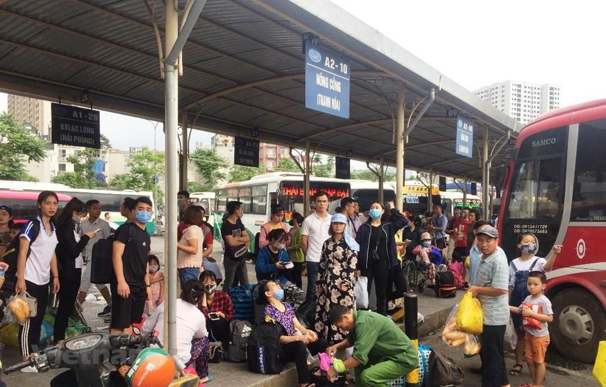 Người dân đứng chờ tại Bến xe miền Đông