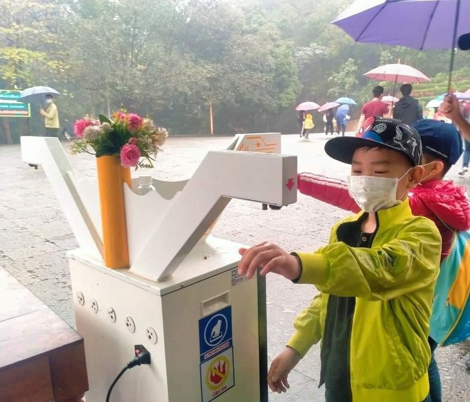 máy đo thân nhiệt tự động tại khu vực Đền hùng