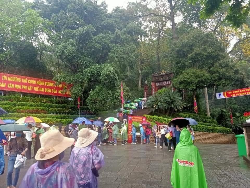 Khách thập phương đội mưa về dâng hương tại Đền Hùng