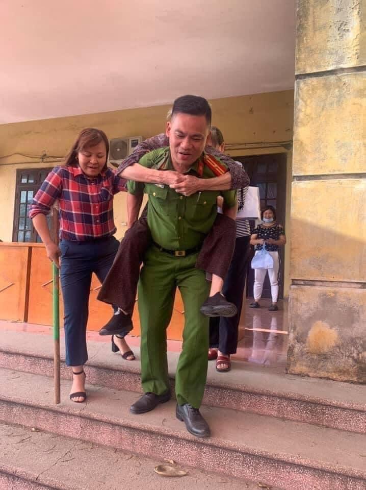 Các chiến sĩ công an cõng người già làm CCCD