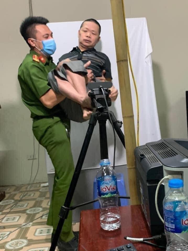 """Chiến sĩ công an """"bế"""" người khuyết tật chụp ảnh thẻ khiến ta ấm lòng về tình quân dân"""