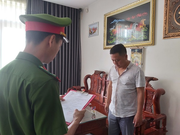 Cơ quan công an tống đạt quyết định khởi tố bị can, bắt tạm giam Nguyễn Lâm Xinh.