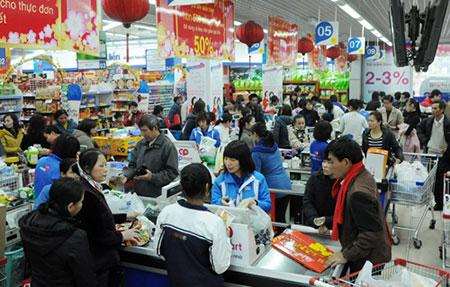 Người dân mua sắm tại Trung tâm thương mại.