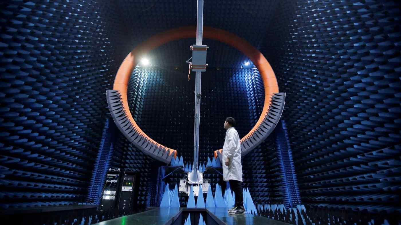 Một kỹ sư đứng dưới ăng-ten 5G của trạm gốc tại trung tâm sản xuất Huawei ở Đông Quan, Trung Quốc. Nhật Bản và Mỹ đã hợp tác đầu tư vào công nghệ 6G. © Reuters