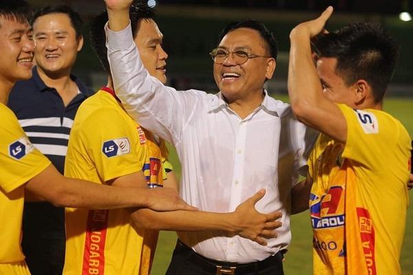 """Ông """"bầu"""" Cao Tiến Đoan xuống sân chúc mừng các cầu thủ sau chiến thắng thuyết phục."""