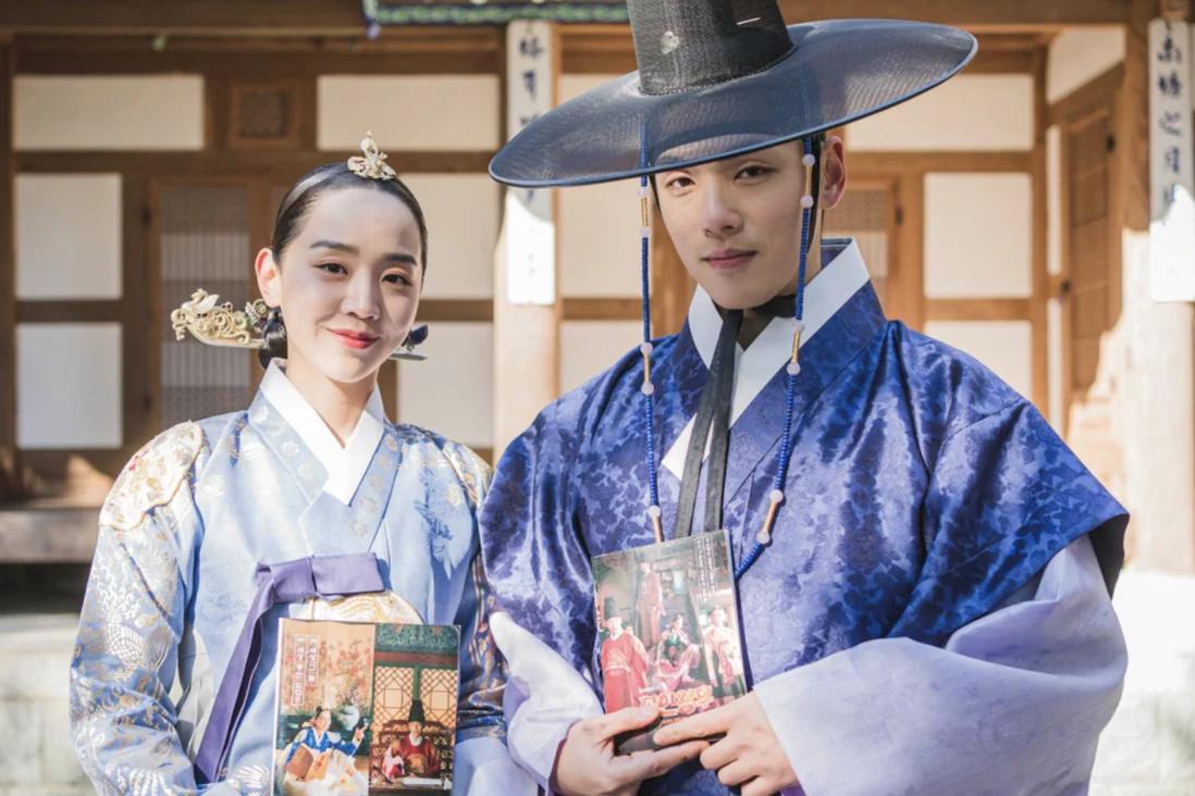 Shin Hye-sun, trái, và Kim Jung-hyun, các diễn viên chính trong bộ phim truyền hình K-drama của đài tvN, Mr Queen, một trong nhiều chương trình dựa trên tiểu thuyết Trung Quốc. Ảnh: TVN
