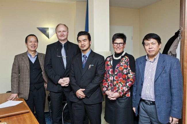 Ông Mai Vũ Minh (đứng giữa) đang sở hữu khối tài sản khổng lồ không thua gì các tỷ phú hàng đầu thế giới. Nguồn ảnh: Internet