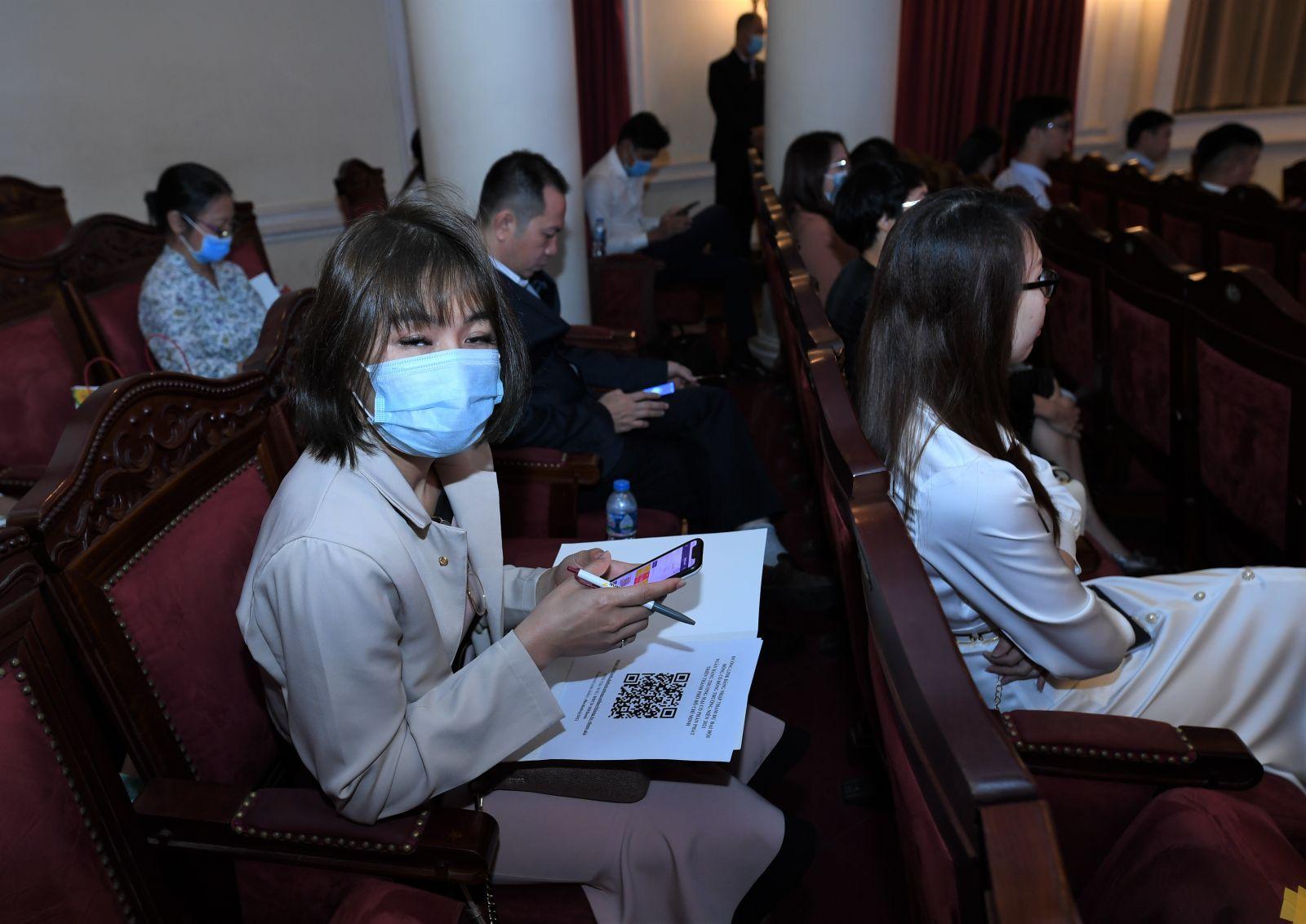 Cổ đông quét mã QR Code để thực hiện biểu quyết tại Đại hội