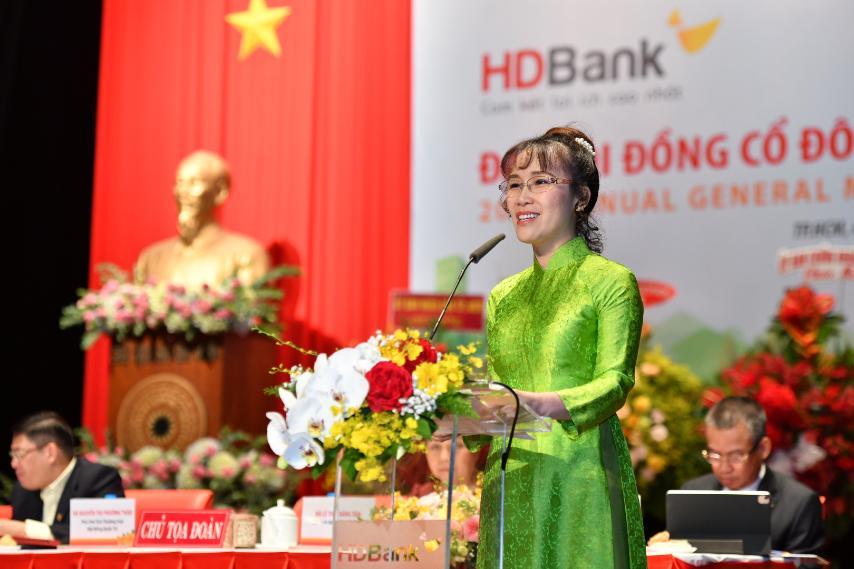 Bà Nguyễn Thị Phương Thảo – Phó Chủ tịch thường trực HĐQT trình bày Phương án phân phối lợi nhuận, kế hoạch chia cổ tức năm 2020 và Phương án tăng Vốn Điều Lệ năm 2021