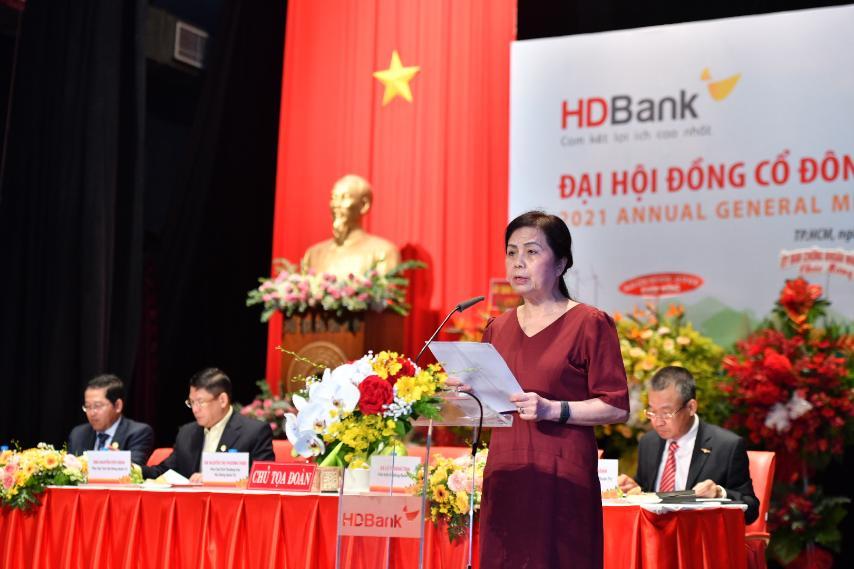 Bà Lê Thị Băng Tâm - Chủ tịch HĐQT trình bày Báo cáo hoạt động năm 2020 và Định hướng hoạt động năm 2021 của Hội đồng quản trị