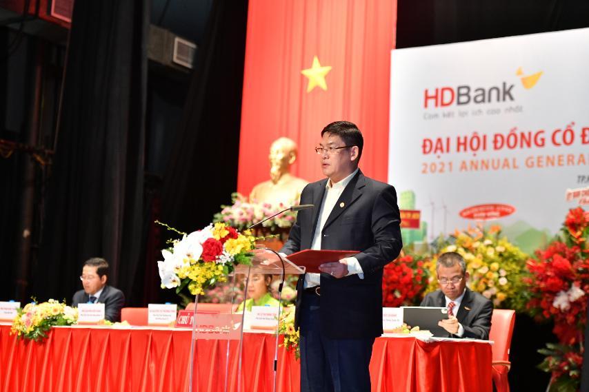 Ông Nguyễn Hữu Đặng – Phó Chủ tịch HĐQT tiếp tục trình bày Ủy quyền của ĐHĐCĐ cho HĐQT và Sửa đổi, bổ sung Điều lệ HDBank