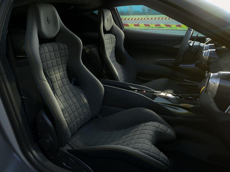 Hướng đến những nhà sưu tập đầy đam mê và những người sành sỏi nhất của Ferrari, chiếc xe được trang bị nhiều giải pháp kỹ thuật tiên tiến nhất để đảm bảo cảm giác lái phấn khích nhất.