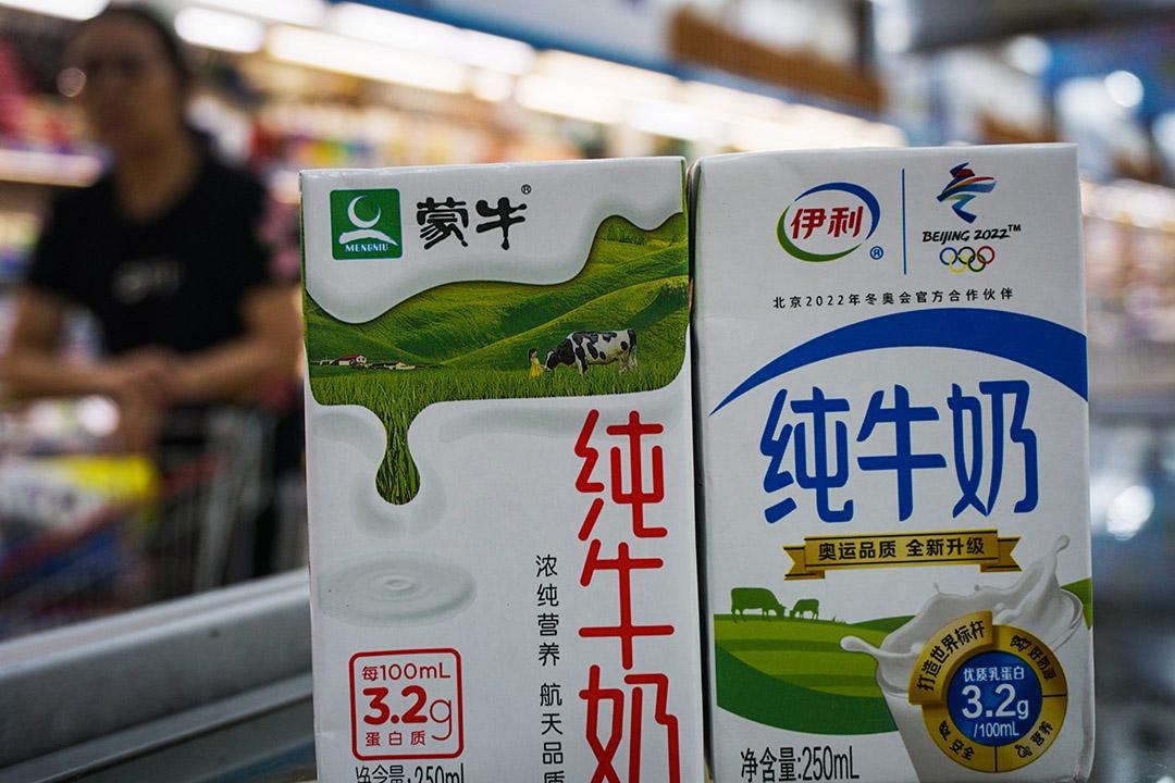 Sữa Mengniu (trái) và sữa Yili (phải)