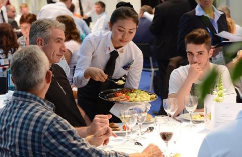 Tình trạng thiếu nhân viên trong các nhà hàng Mỹ