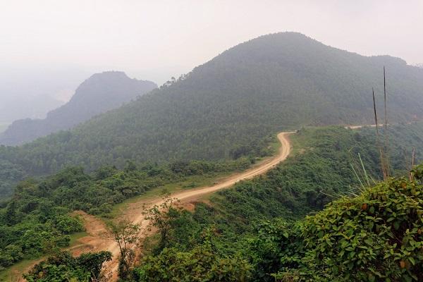 Heo hút giữa những cánh rừng là con đường về bản