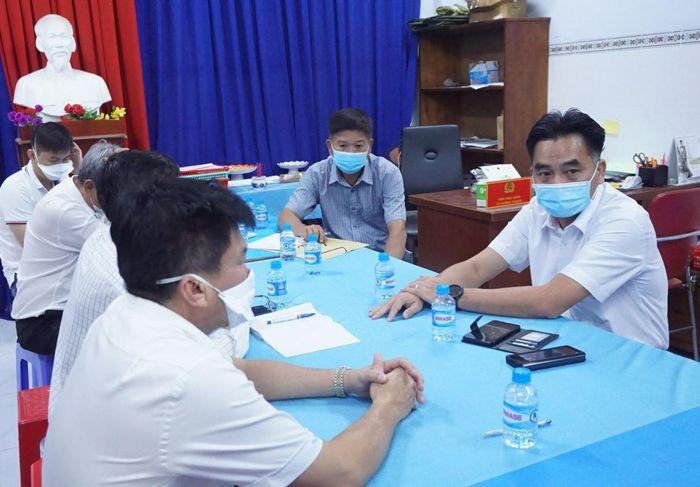 Ông Nguyễn Lộc Hà- Phó Chủ tịch UBND tỉnh Bình Dương và ông Nguyễn Thanh Tâm chủ tịch TP Thuận An chỉ đạo các đơn vị phòng, chống dịch COVID- 19. Nguồn ảnh: Internet