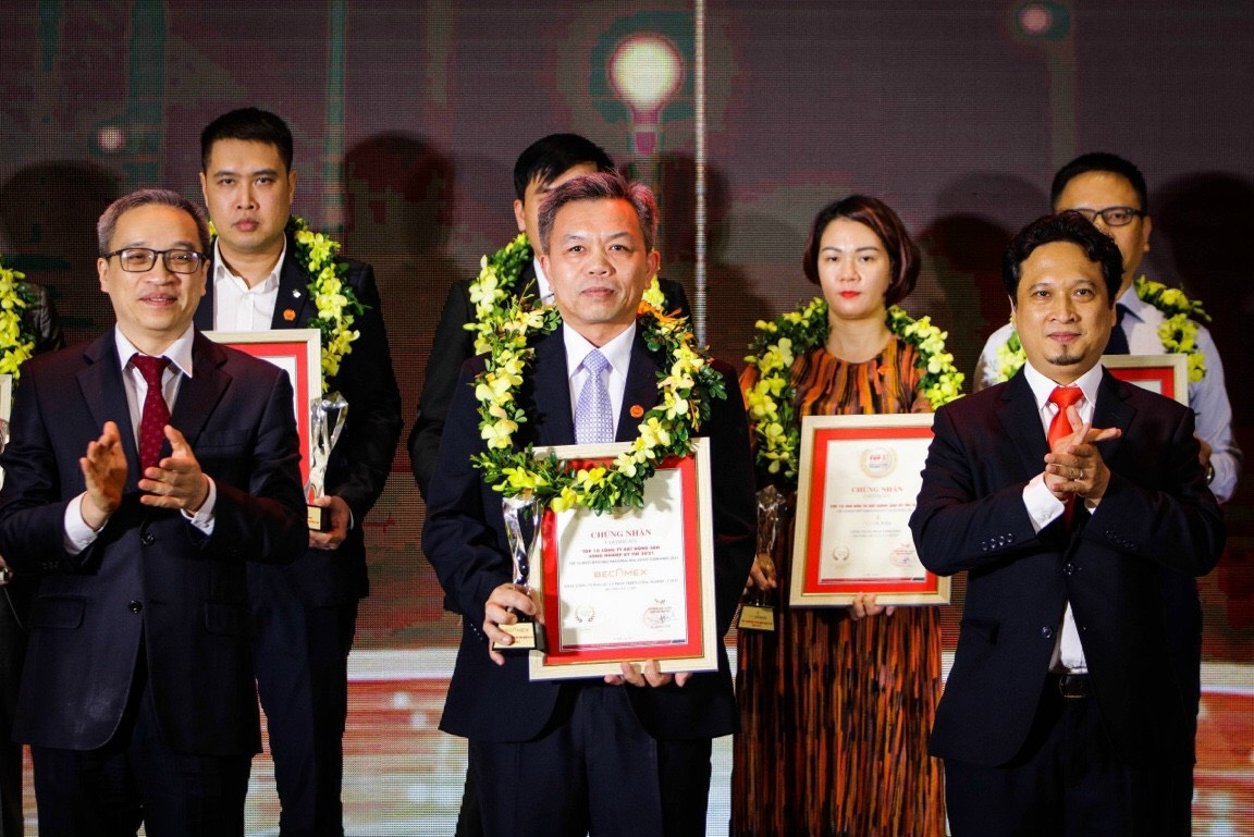 PTGĐ Becamex IDC Nguyễn Văn Thanh Huy (đứng giữa) nhận Cúp và Giấy chứng nhận từ Thứ trưởng Bộ Thông tin và truyền thông Phan Tâm và ông Vũ Đăng Vinh - Tổng giám đốc Vietnam Report