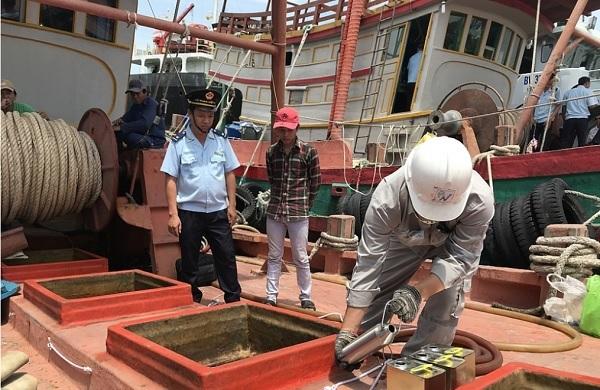 Lực lượng chức năng tiến hành lấy mẫu dầu tại các hầm chứa