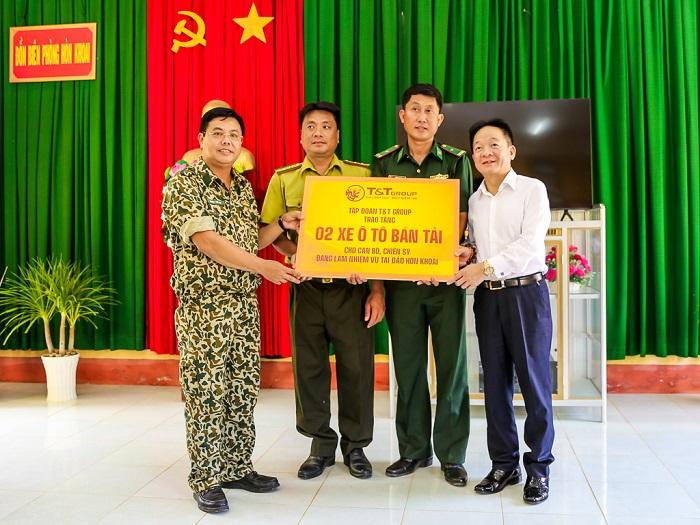 Lãnh đạo tỉnh Cà Mau và lãnh đạo Tập đoàn T&T Group tặng quà cho cán bộ chiến sỹ các lực lượng đang làm nhiệm vụ trên đảo Hòn Khoai.