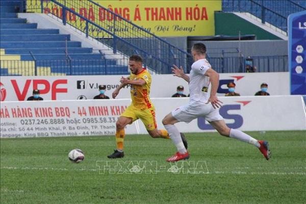Một pha tranh chấp bóng của tiền vệ Gramoz Thanh Hóa