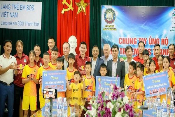 Lãnh đạo CLB và HLV, cầu thủ 2 đội bóng Đông Á Thanh Hóa và HAGL thăm và tặng quà Làng trẻ em SOS Thanh Hóa