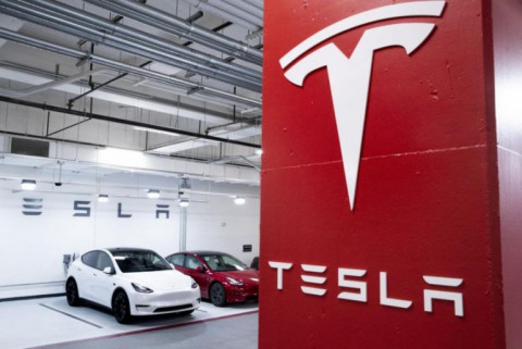 Tesla và Geely: Đâu mới là nhà sản xuất xe điện đáng mua?